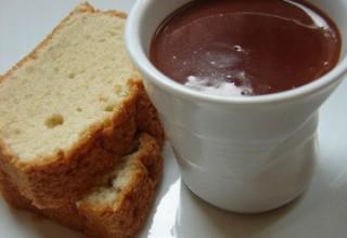 Cake aérien aux amandes, petites crèmes au chocolat et au gingembre