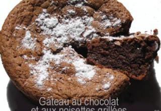 Gâteau au chocolat et aux noisettes grillées