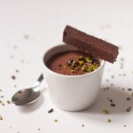 Petites crèmes au chocolat et à la mangue