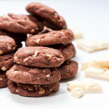 Black & white cookies : cookies au cacao, et aux pépites de chocolat blanc
