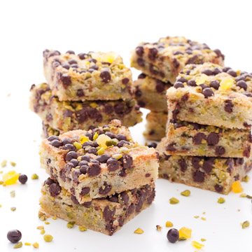 Blondies aux pépites de chocolat, pistaches et abricots
