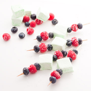 Brochettes de guimauves au pandan et de fruits rouges