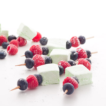 Brochettes de guimauves et de fruits rouges