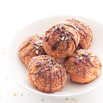 Choux au craquelin, fourrés de ganache montée au chocolat